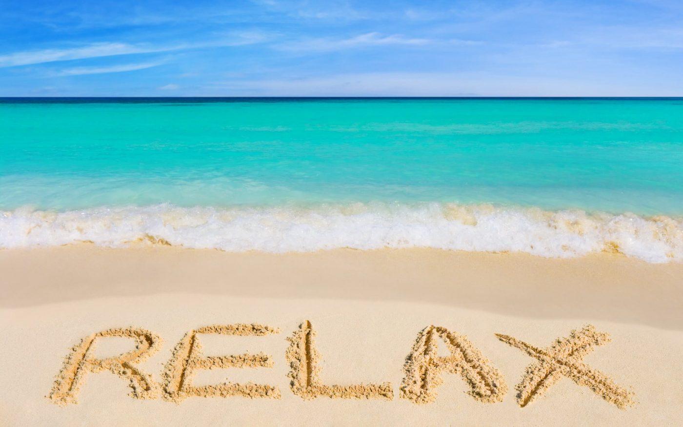 Strand med Relax skrevet i stranden